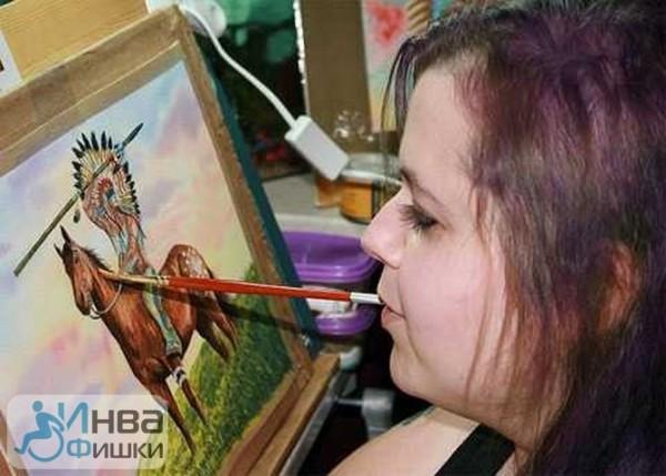 Лінн Бетам - художниця, яка малює зубами
