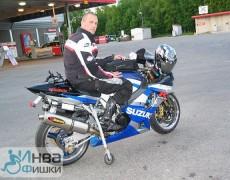 Мотоцикл стоит за счет опорного колеса