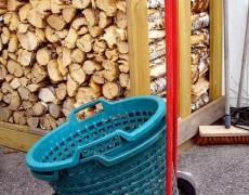Корзина для дров для человека на коляске