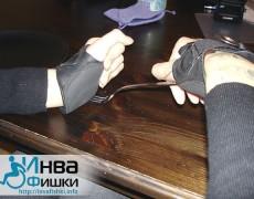 Засовываем конец вилки в перчатку