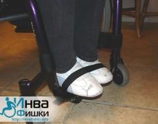 Привязываем ноги к поднжоке коляски