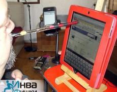 И iPad и iPhone располагаются на специальных подставках