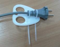 Приспособление для вставки вилки в розетку