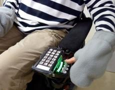Через отвестие пользователь может просунуть палец, что позволяет управлять пультом коляски