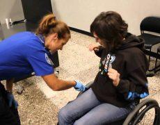 Досмотр работником аэропорта человека в коляске | Минутка с Мег