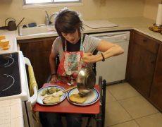 Как разбить яйцо для приготовления завтрака | Минутка с Мег