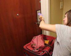 Как открыть дверь с тугим доводчиком | Минутка с Мег