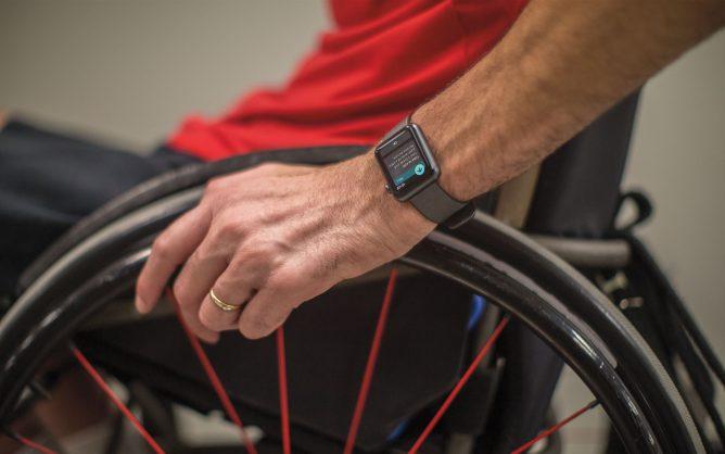 Было отобрано 300 людей на колясках для проведения исследований. На фото пользователь на коляске с Apple Watch на руке